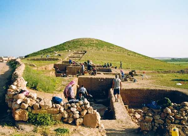 Excavations of a settlement from the Proto-Neolithic and early Neolithic periods, located at the foot of the hill, view from the south (Photo R.F. Mazurowski)