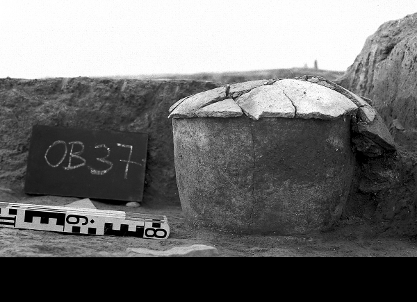 Child's burial from the Ubaid period; grave urn with a lid (Photo  Andrzej Reiche)