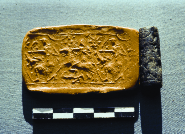Cylindrical seal and its modern-day impression with a depiction of two archers, one kneeling and the other on horseback, Neo-Assyrian period (8th–7th century BC) (Photo A. Reiche)