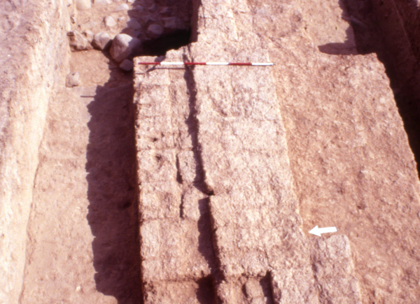 Tell Abu Hafur 'East'. Mur z okresu nowoasyryjskiego (1. poł. 1 tys. p.n.e.).