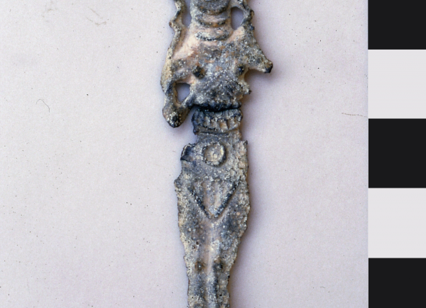 Lead plaque with the depiction of a naked woman, possibly the goddess Ishtar(?); height 6.8 cm. (Photo A. Reiche)