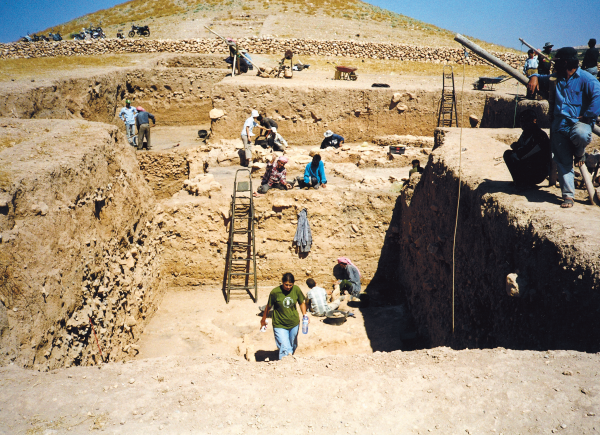 Excavations in the Early Neolithic settlement on the southern side of the tell. (Photo R.F. Mazurowski)