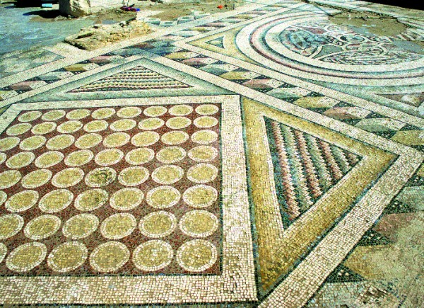 Floor mosaics from the southern aisle of the church after repeated cleaning in 2000 (T. Waliszewski)